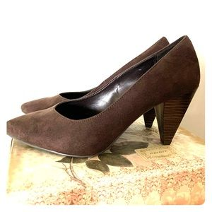 5 FOR $25 Brown chunk heels